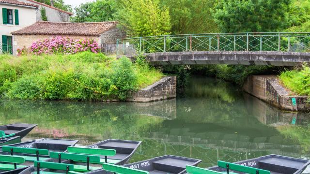 Coulon, accostage de barques dans le Marais Poitevin, Poitou Charentes, Deux Sèvres